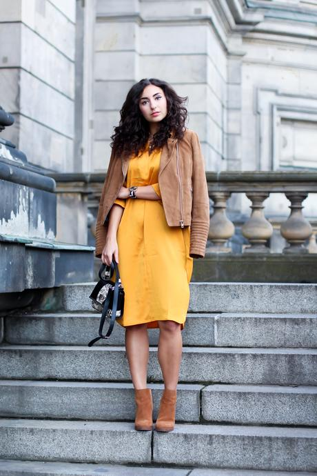 yellow midi dress gelbes kleid midilänge edited the label wildlederjacke esprit chic boho spring look outfit streetstyle fashionblogger mode blog deutschland germany berlin samieze