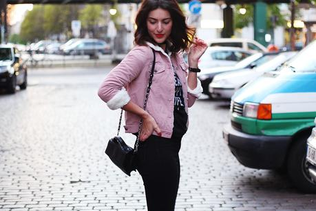 skinny black jeans denim fake fur jacket sweater black boots  cord jacke pink streetstyle berlin samiezeblog fashion
