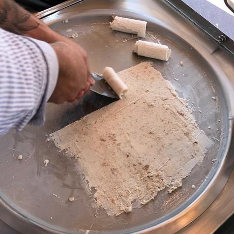 Nachdem alles vermengt ist, wird die Eismasse flach auf die Platte gestrichen und gerollt.