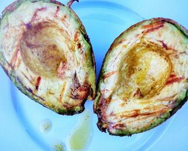 Sommer-Hit: Grillierte Avocado mit Tomaten Mozzarella Salat