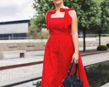 Rotes Kleid mit Lochstickerei, Matt & Nat Baxter Tasche und Haarband