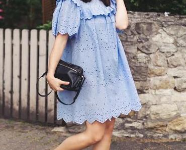 Outfit mit Strohhut, blauem Sommerkleid und schwarzen Sandalen