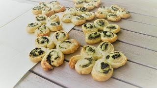 Blätterteigblumen mit Koriander-Pesto