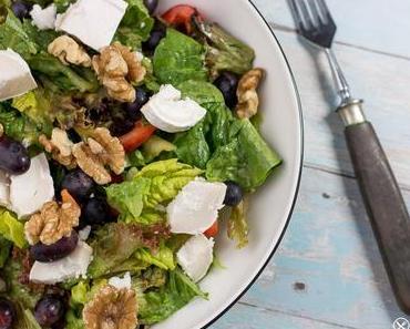 Salat mit Ziegenkäse, Weintrauben und Walnüssen