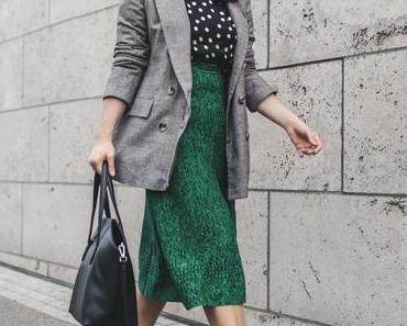 Herbst Outfit mit Sandro Rock, pinken Satin Boots und Stella McCartney Sonnenbrille