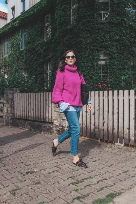 Herbst Outfit mit Strickpullover, Strickpullover, Oversize Pullover, Herbst Outfit mit Bluse, Outfit Ideen, Outfit mit Jeans, Pullover kombinieren, Fransen Flats, Slipper, Modetrend Herbst 2017, Matt & Nat Tasche, pinker Strickpullover, H&M Bluse, Stella McCartney, www.kleidermaedchen.de, Modeblog, Mode Blog, Erfurt, Thüringen, Fashion Blog, Magazin, Blogazine, Influencer Marketing und Kommunikation, Social Media Marketing, Fashion Magazin, Outfit Blog, Outfit 2017, Streetstyle, Pinterest Outfit Inspiration