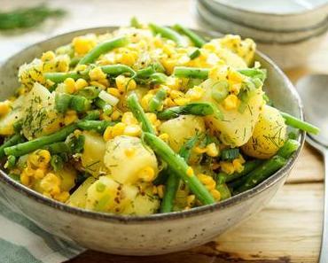 Kartoffelsalat mit geröstetem Mais und grünen Bohnen
