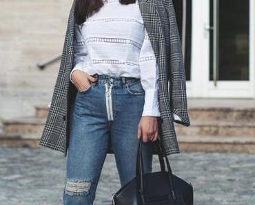 Herbst Outfit mit kariertem Blazer, weißer Bluse und lila Boots