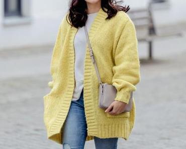 Herbst Outfit mit gelbem Strick-Cardigan und Superga Sneakers