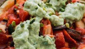 Gefüllter Ofenkürbis Avocado Pistazien