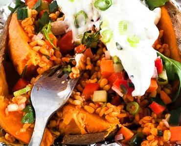 sweet Potato Kumpir mit Bulgur Salat, Joghurt-Minz Sauce und Gemüsewürfel