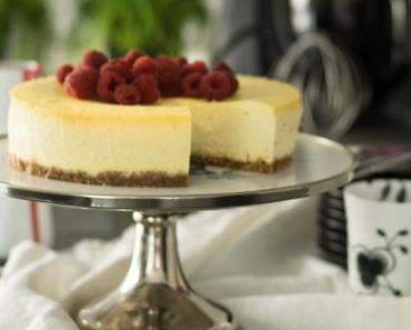 Classic New York Cheesecake mit Himbeer-Sauce
