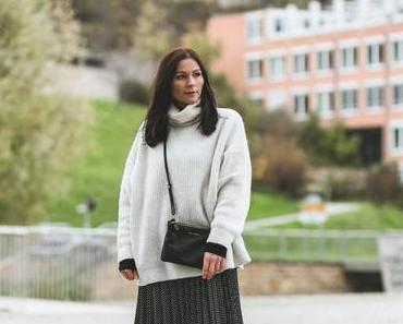gemütliches Winter Outfit mit gepunktetem Plissée-Rock und Strickpullover