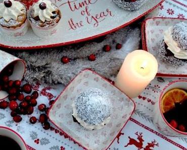 Gemütliche Stunden mit dem schönsten Weihnachtsgeschirr! Schoko-Kokos-Semlor mit Preiselbeer-Vanillecreme und Eierlikörküchlein