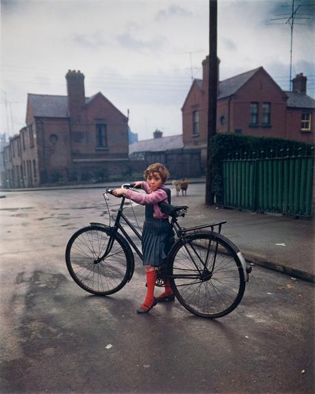Ausstellung in der Galerie Springer Berlin: Evelyn Hofer (Foto: © Evelyn Hofer ,Girl with Bicycle, Dublin, 1966)
