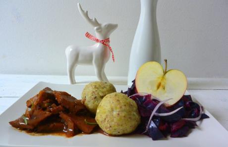 Weihnachtliches Ragout mit Apfel-Rotkohl & Haselnuss-Knödeln