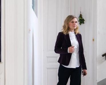 #Weihnachtsoutfit in lilla Samt-Blazer, Volant-Bluse von Eterna und Marlene Hose von Prada
