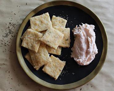 Käse-Kräuter-Cracker mit Lachsmousse