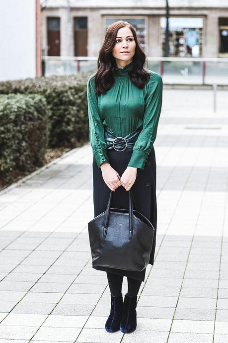 Winter Outfit mit gestreiftem Midirock, Blusenkleid und