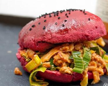 Lauch Sloppy Joe im roten Hamburger Bun mit roter Beete