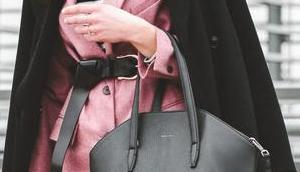 Outfit Asos Baker-Boy Mütze, schwarzer Bundfaltenhose rosa Blazer
