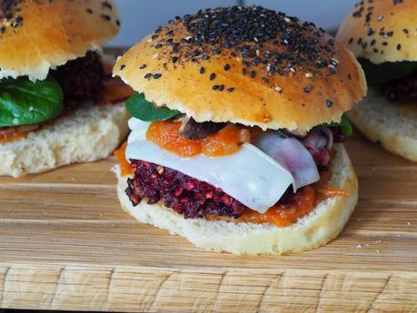 Beste Rote Bete Burger mit Ziegenkäse, Shiitake Pilzen und Trüffelmayonnaise / Epic Beet Root Burgers with Goat Cheese, Shiitake Mushrooms and Truffle Mayonnaise (Deutsch & English)