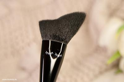 Highlighting and Contouring Brush // 01 contouring carla
