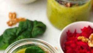 Bunter Frühlingsanfang feiner Erbsen-Spinat-Suppe Rote-Bete-Salat