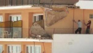 Balkon eines Hotels teilweise eingestürzt