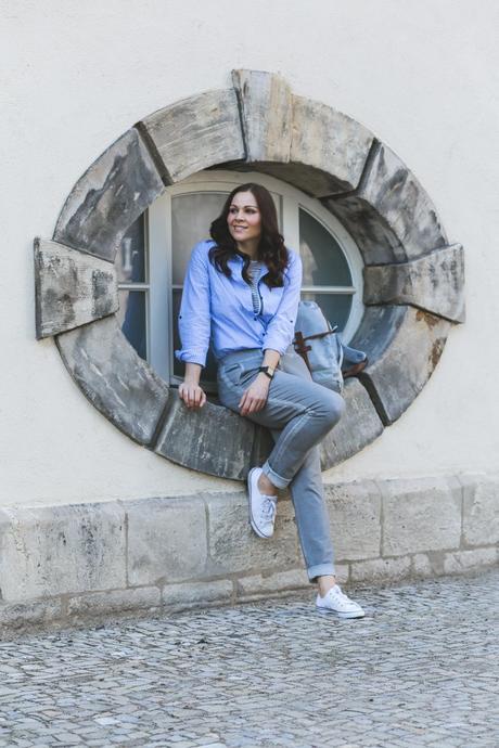 Frühlingsoutfit mit gestreiftem Blusenkleid, dunkelblauen