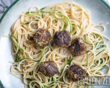 Sommerliche Hackbällchen mit Zucchini & Spaghetti