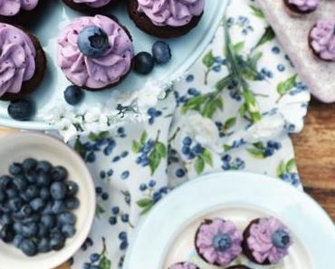 KLEIN, FEIN, MEIN UND MIT EINEM HAPS IM MUND! Diese Schoko-Heidelbeer-Cupcakes sind der Hit auf jeder Sommerparty