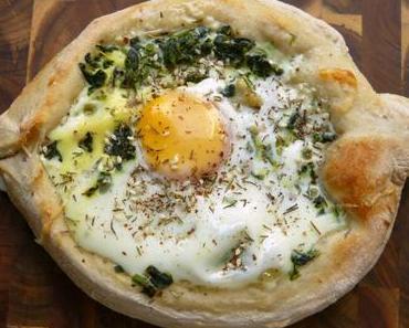 Chatschapuri mit Spinat, Labneh und Ei