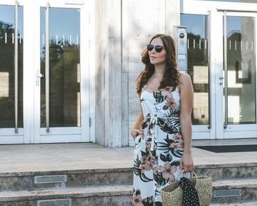 Sommer Outfit mit Blumenkleid, Strohtasche und braunen Pantoletten