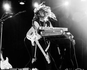 """TashSultana – das Straßenmusik-Phänomen aus Australien – veröffentlicht Debütalbum """"Flow State"""" • full Album stream + 2 Videos"""