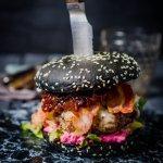 Black Burger mit Gorgonzola und Feigen-Balsamico-Zwiebeln