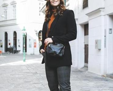 Outfit im Parisian Chic Style mit schwarzem Barett, karierter Bundfaltenhose und eleganten Stiefeletten