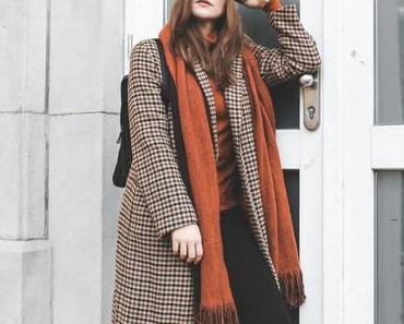 Mein Herbst/Winter Outfit mit kariertem Mantel und schwarzem Rucksack