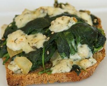 In Käselaune: Toasts mit Fourme d'Ambert und Spinat