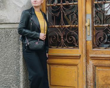 #Herbstoutfit in schwarzer Schlaghose, gelbem Lochshirt von Only*, Lederjacke und Chanel Tasche