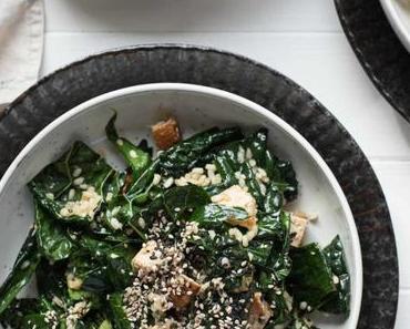 Schwarzkohl-Salat asiatische Art mit Reis und Tofu