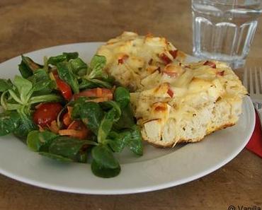 Überbackenes Fladenbrot mit Sauerkraut, Äpfeln und Käse