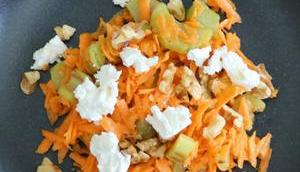 Rhabarber-Möhren-Salat Nüssen Ziegenkäse
