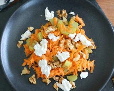 Rhabarber-Möhren-Salat mit Nüssen und Ziegenkäse