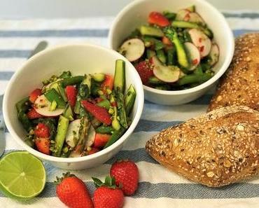 Saisonal kochen im Mai: Spargelsalat mit Erdbeeren