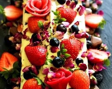 weil ich dich liebe / zur Diamantenhochzeit: Zebrakuchen mit weißem Schokoguss, Rosenblüten und Beeren