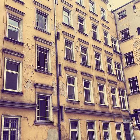 Sunday shape 🏚 | #berlinspiriert #blog #berlin #blogger #weekend #afternoon #sunday #funday #igers #ig_berlincity #igersberlin #fassaden #berlinerhinterhöfe #charlottenburg #hinterhofromantik #spaziergang #gentrification #gentrifickdich #potd #renew #b...