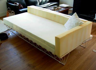 diese sch ne sofa entstand aus einem alten bett von ikea. Black Bedroom Furniture Sets. Home Design Ideas