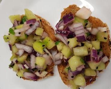 Erfrischende Crostinis mit Gurkensalat (vegan)