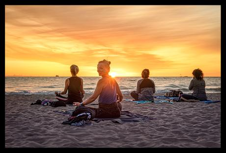 Yogageschichten: Yoga am Strand bei Sonnenaufgang in Chicago